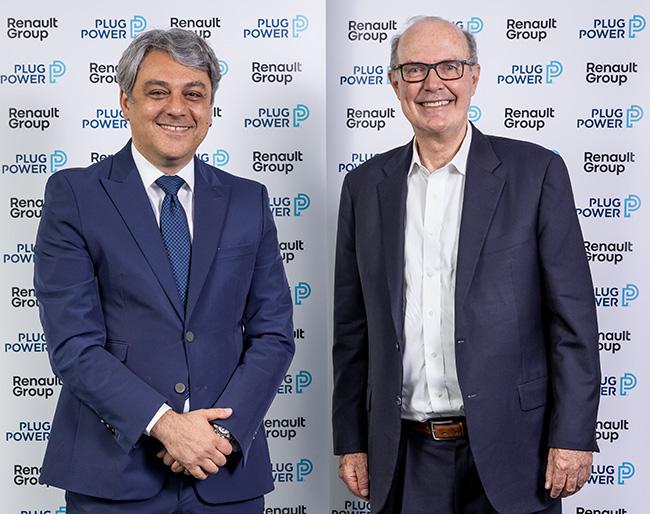 Luca de Meo y Andrew Marsh tras la firma de la joint venture.